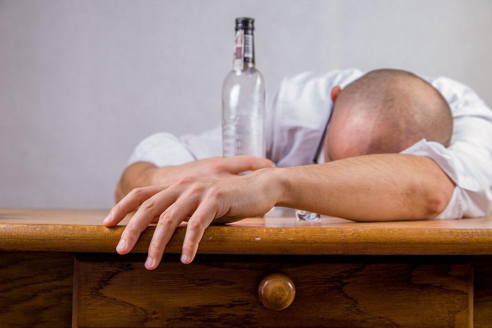 Estar deshidratado es tan malo como tener un 0.8% de alcohol en la sangre