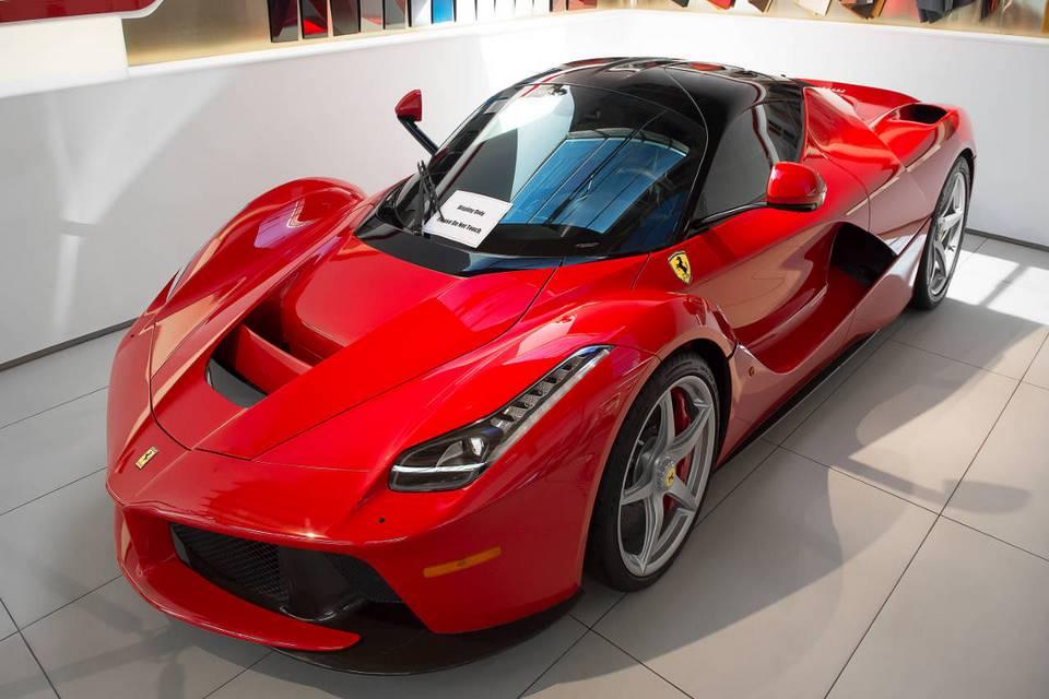Lo que sucede cuando paras por gasolina en un Ferrari LaFerrari